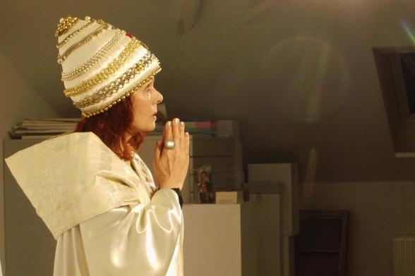 """Sibylle Kuhne als """"Die amerikanische Päpstin"""" (Foto: Kerstin Becker)"""